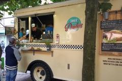 Diner Dudes mit Pulled Pork Burger und Veggie Burger